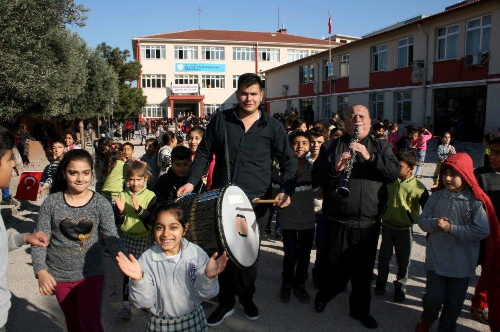 Davulla Zurnayla Öğretmenler Gününü Kutladılar