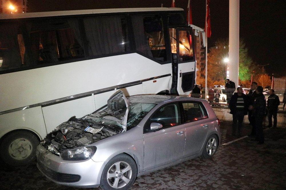 2 Otomobili Ezen Minibüs Şaha Kalktı