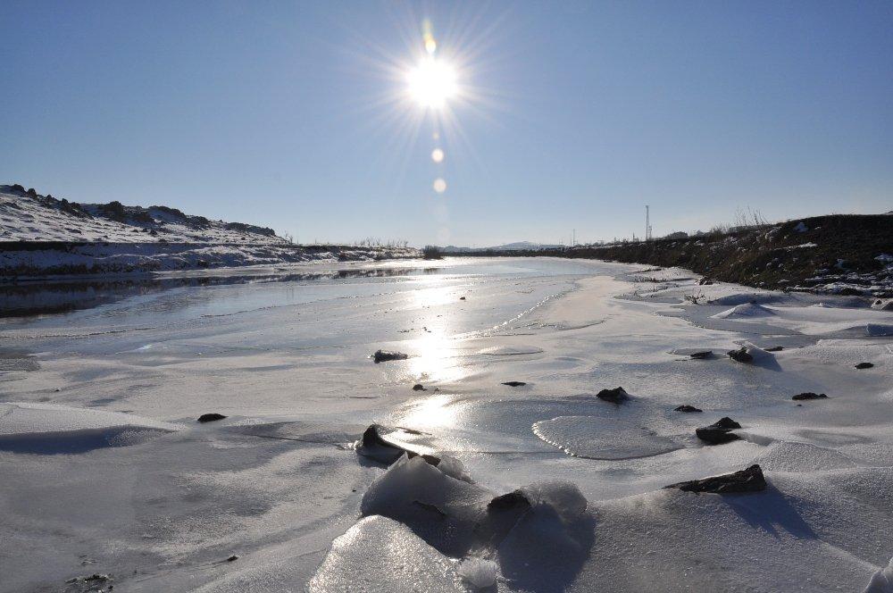 Hava Sıcaklığının Eksi 19'u Gördü, Kars Çayı Dondu