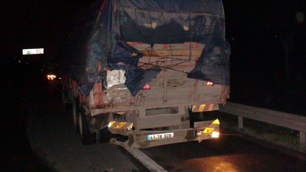 Ticari Araç Kamyona Çarptı: 1 Ölü, 1 Yaralı