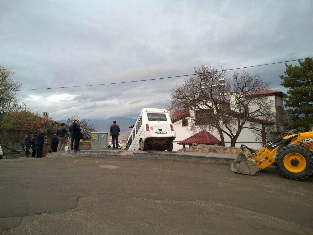 Freni Patlayan Minibüs Bahçe Duvarından Aşağı Düştü