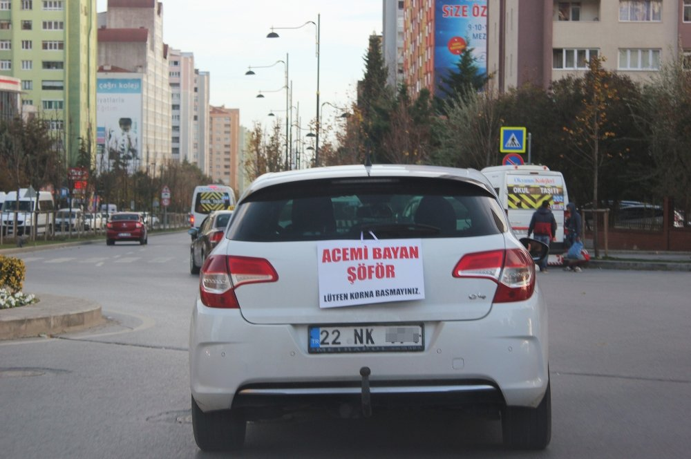 Kadın Sürücüden Arabasının Arkasına İlginç Pankart