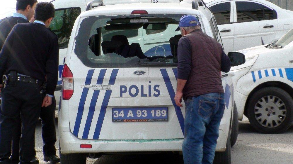 İstanbul'da Polis Araçlarına Taşlı Ve Sopalı Saldırı