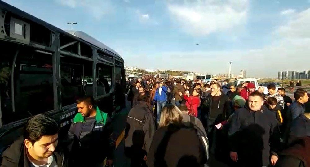 Sefaköy'de Metrobüs Kazası: 14 Yaralı