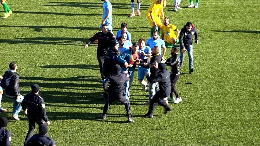 Saha görevlisinden futbolcuya tekme