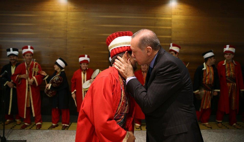 Erdoğan görme engelli ressamın sergisini gezdi
