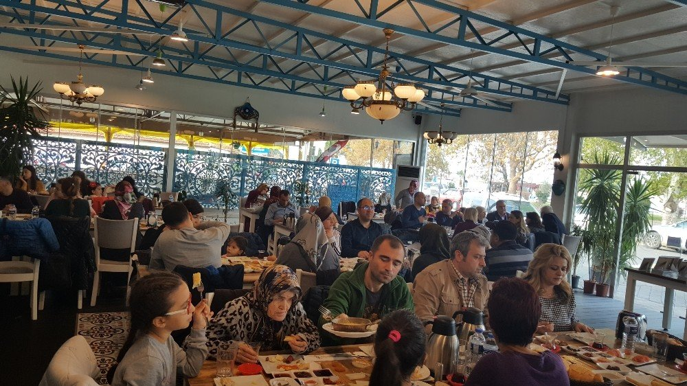 Burhaniye'de öğrenci velileri kahvaltıda buluştu