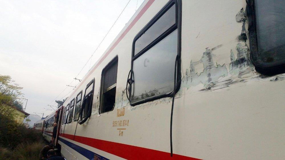 Yolcu treni hafriyat kamyonuyla çarpıştı