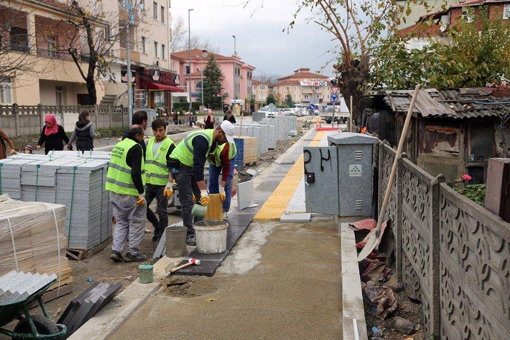 Sapanca'da kaldırımlar görme engelliler için düzenleniyor