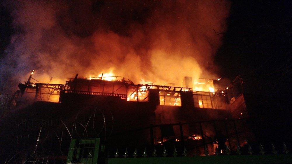 Fatih'te tarihi ahşap bina küle döndü