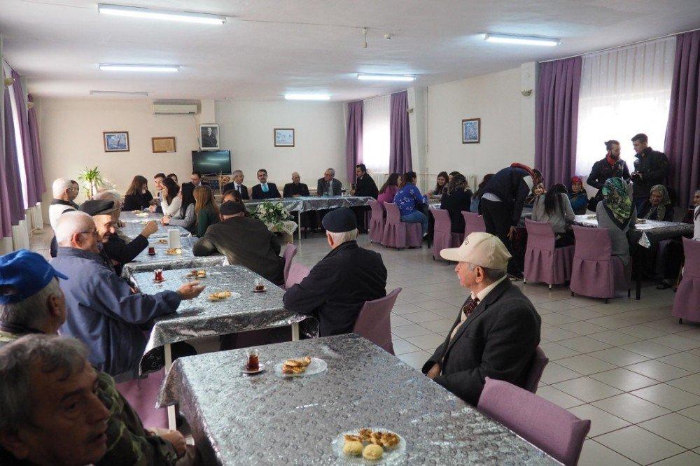 Üniversiteliler huzurevi yemekhanesini donattı