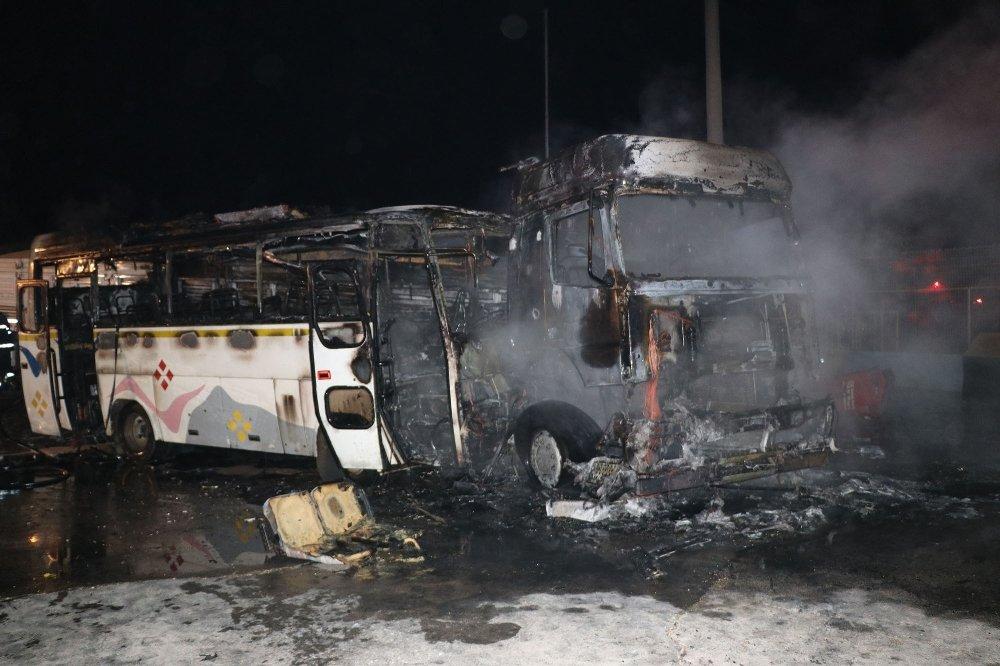 İşçileri taşıyan midibüs ile tır çarpıştı: 16 yaralı