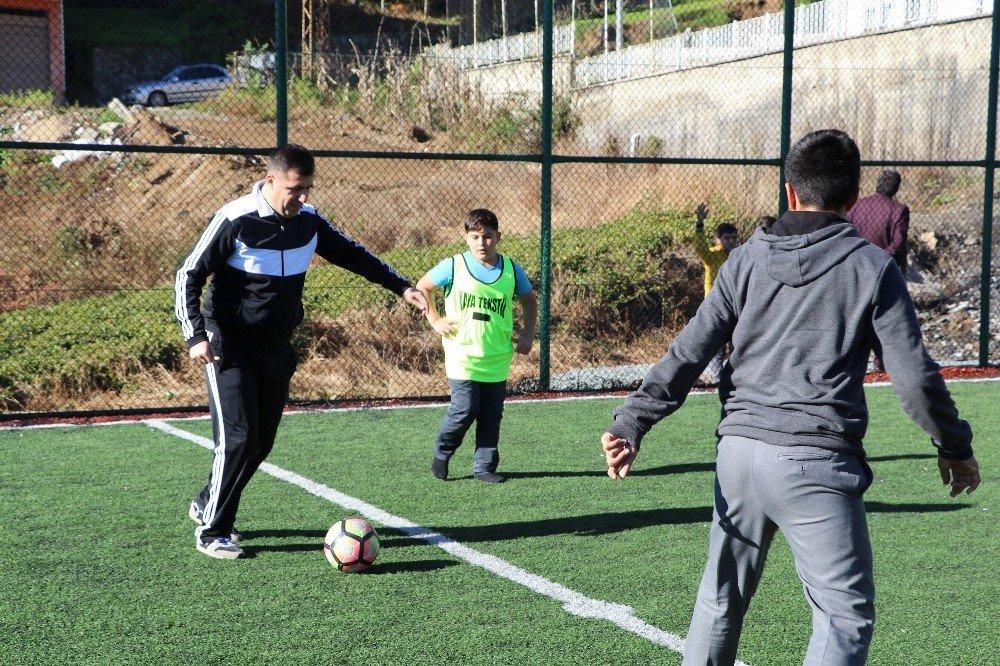 Çocuklarla futbol oynadı, çay budadı