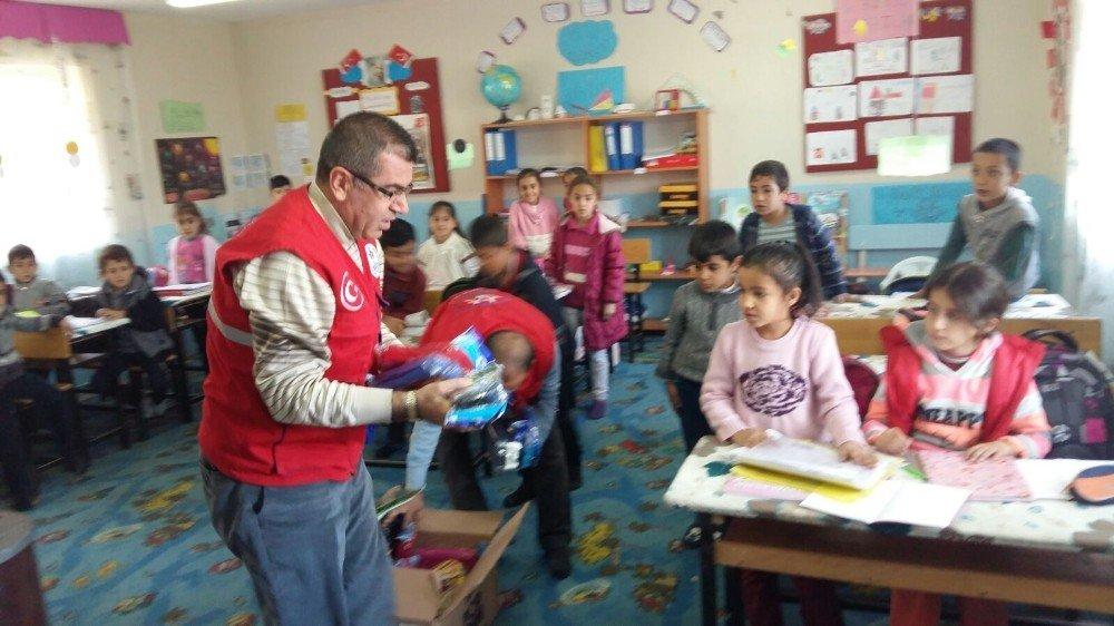 Köy okulu öğrencilerine kırtasiye desteği