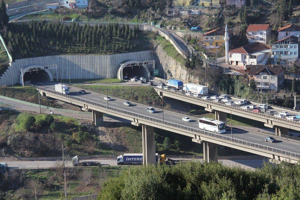 TEM İzmit Tünellerinde otomobil takla attı: 4 yaralı