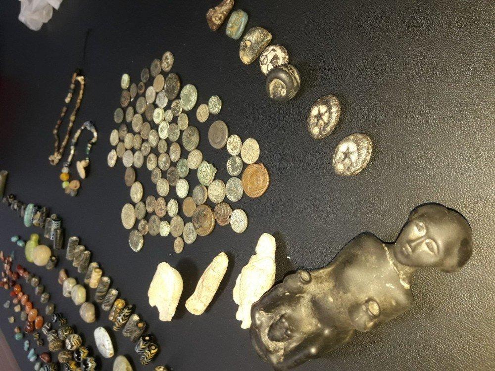 Paha biçilemeyen eserleri satamadan yakalandılar