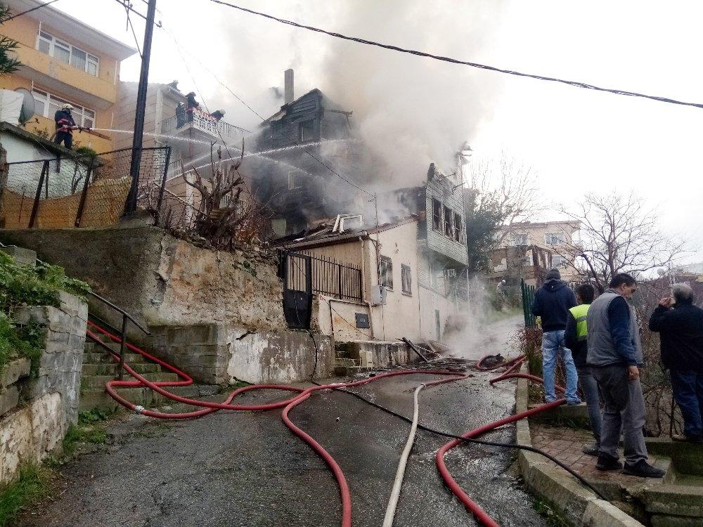 Ahşap binada korkutan yangın