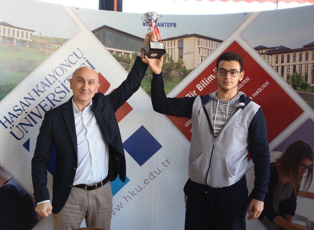 HKÜ Sporcuları kupayla döndü