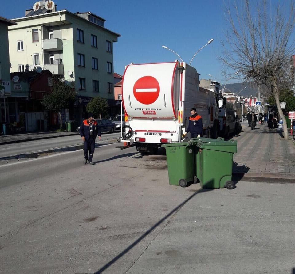 Körfez'de çöp konteynerleri dezenfekte ediliyor