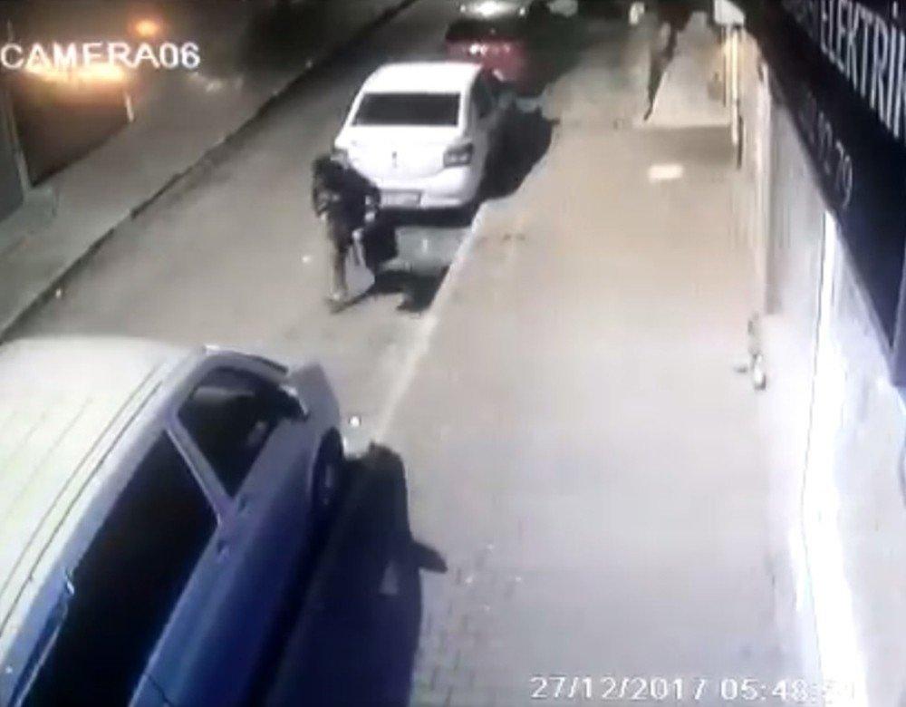Otomobilin bagajından takım çantasını çaldı