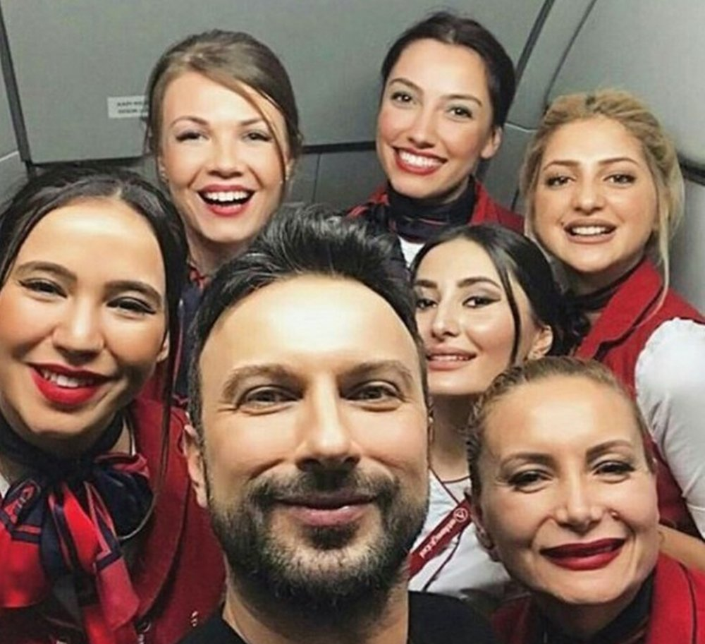 Tarkan'a uçakta yolculardan ve hosteslerden yoğun ilgi