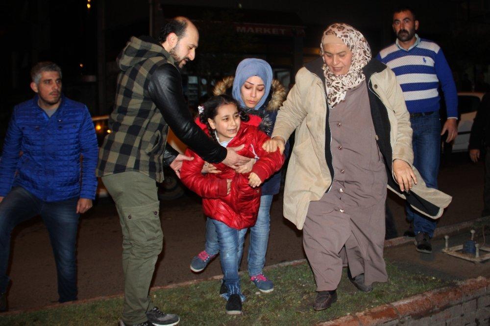 Yaralı kızını hastane yerine eve götürmek istedi