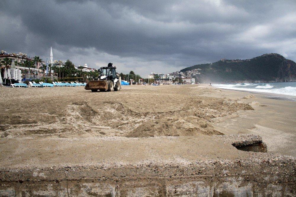 Mavi bayraklı plaja sızan fuel-oil temizlendi