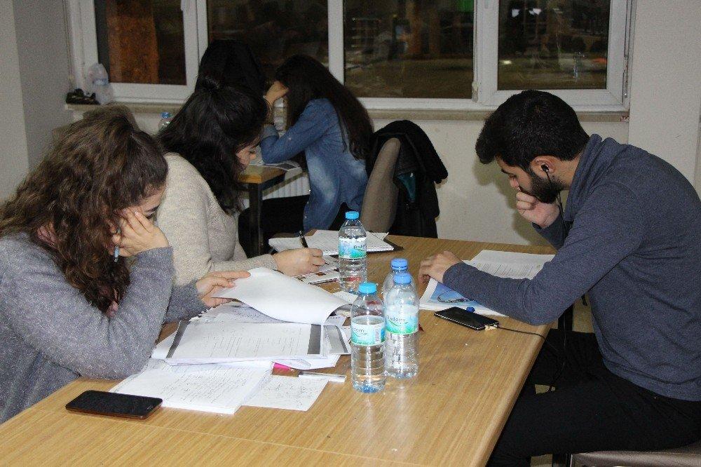Rektörden sınavlara hazırlanan öğrencilere kek-börek ikramı