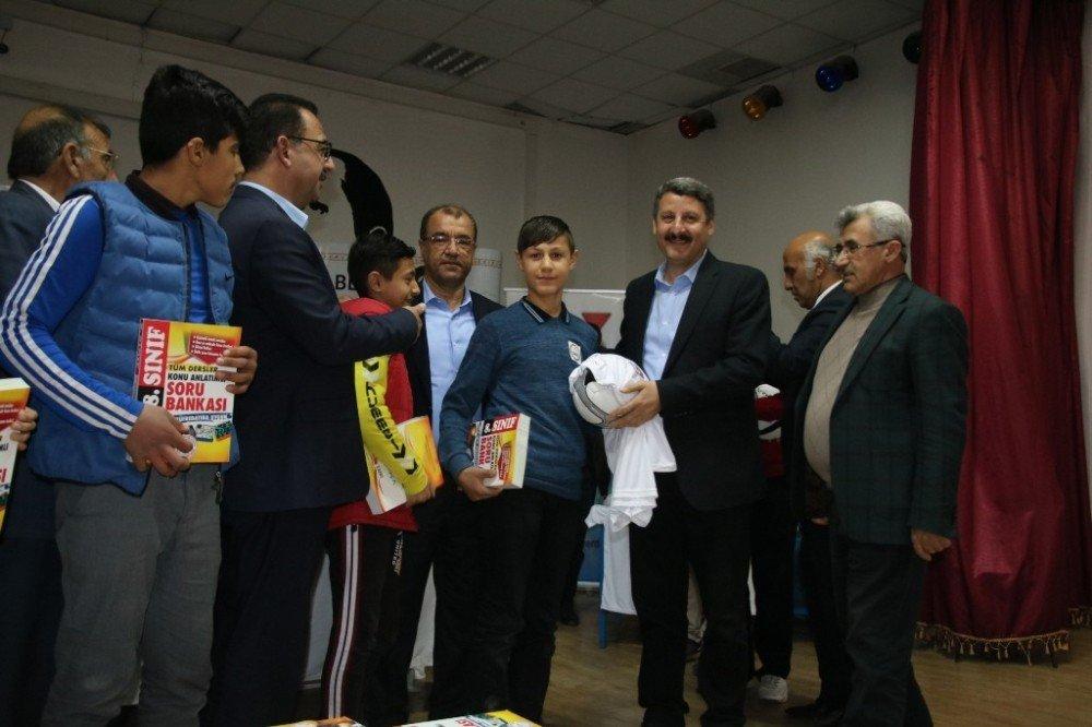 Suruç'ta öğrencilere konu anlatımlı kitap dağıtıldı