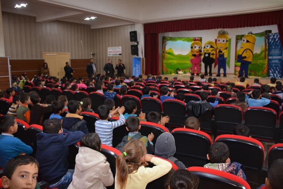 Nurdağı'nda öğrencilere tiyatro gösterisi