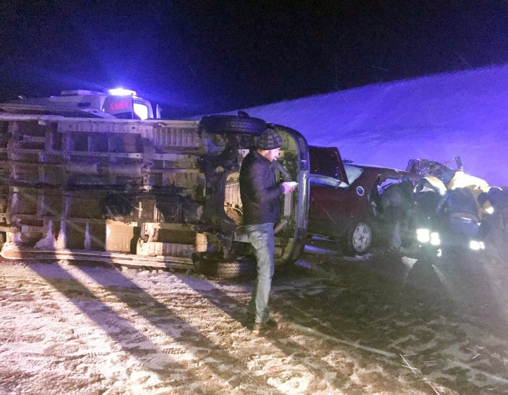 Otomobil ile işçileri taşıyan minibüs çarpıştı: 16 yaralı
