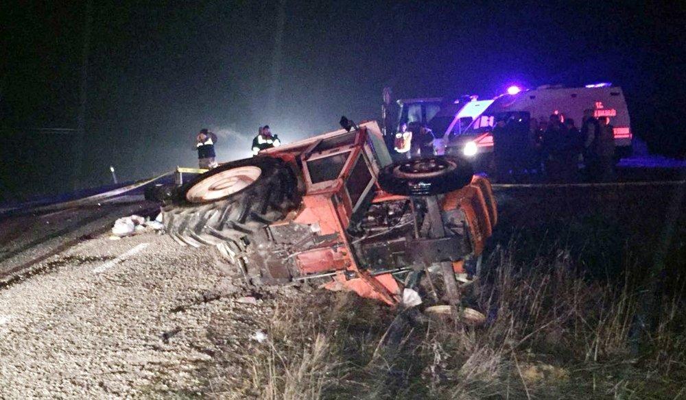 Yolcu minibüsü ile traktör çarpıştı: 1 ölü, 2 yaralı