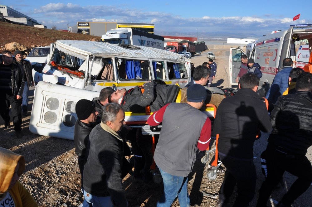 Otomobille servis aracı çarpıştı: 9 yaralı