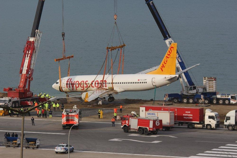 Trabzon'da pistten çıkan uçak çıkarıldı