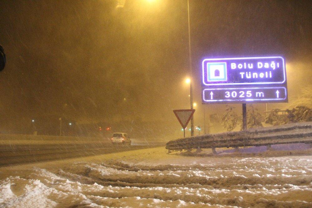 Şiddetli kar nedeniyle tırlar yolda kaldı