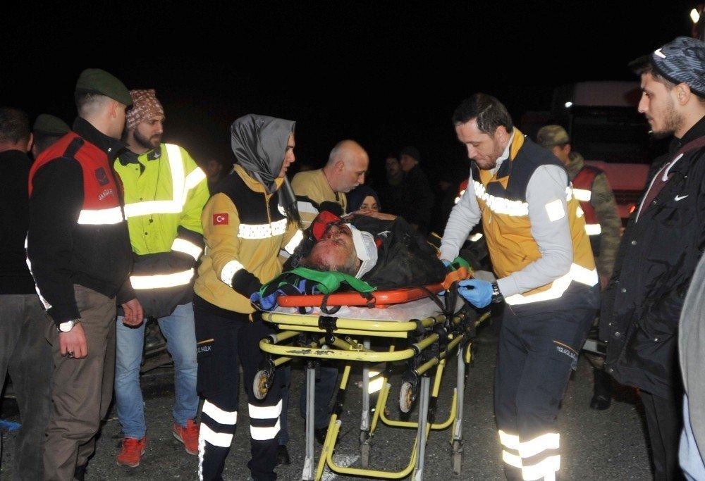 Traktör römorkuna çarpan otomobil hurdaya döndü: 3 yaralı