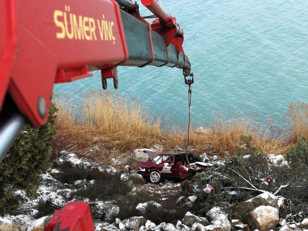 Göl kenarına uçan araçtaki yaralı yardım bulmak için 10 kilometre yürüdü