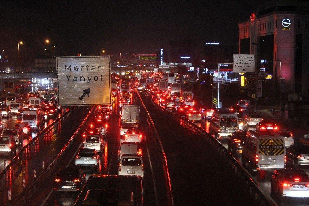 İstanbul'da sağanak yağış trafiği olumsuz etkiledi