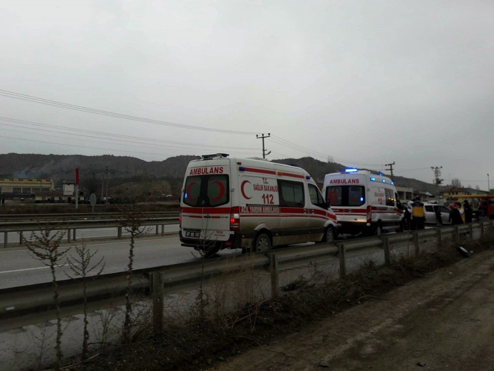 Kastamonu'da otomobil bariyerlere çarptı: 4 yaralı