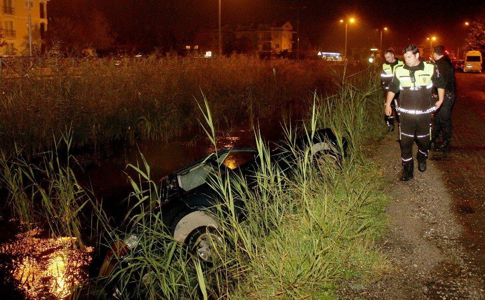 Alkollü sürücü kanala devrilen otomobilinde sigara içmeye devam etti