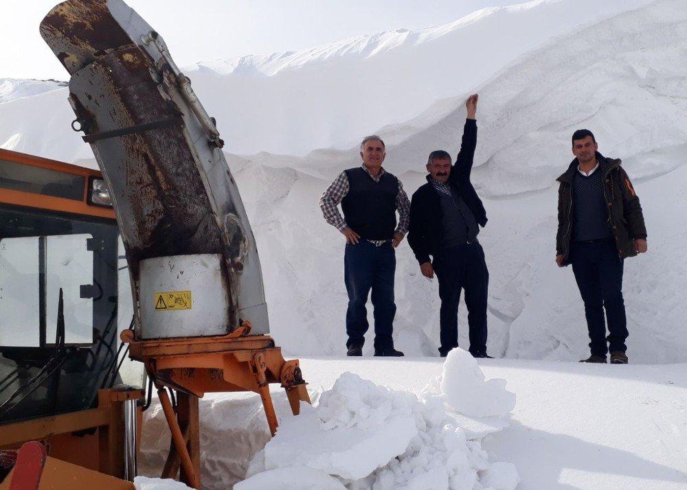 Ardahan'da kar ve tipi nedeniyle kapanan yollar ulaşıma açıldı