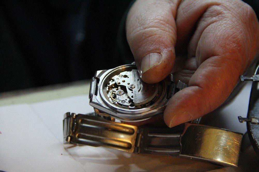 Saat ustası zamana direnmeye çalışıyor