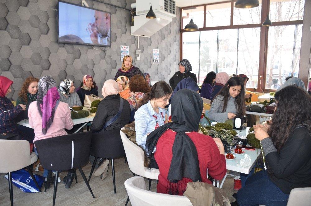 Mehmetçiğe örgü ören kadınlar iplik satışlarını arttırdı