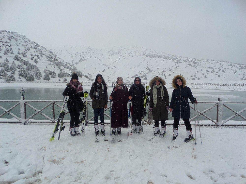 KYK'lı öğrenciler kayak öğreniyor