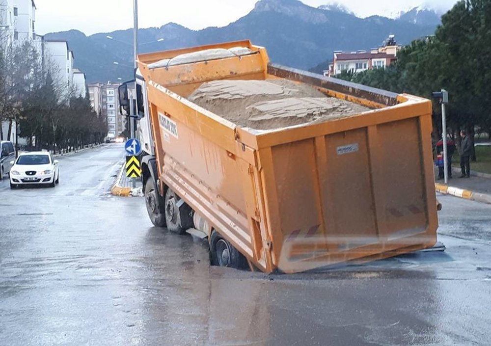 Asfalt çöktü, kamyon çukura düştü