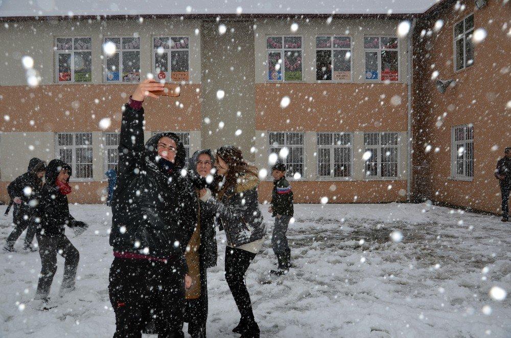 Öğrencilerin kartopu ve selfie keyfi