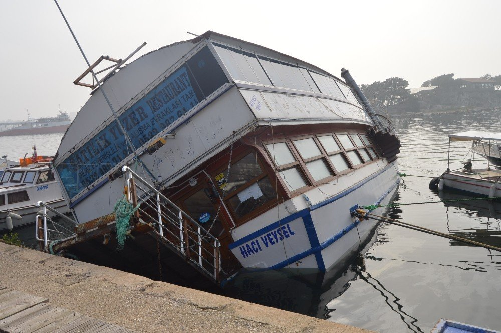 Su alan yüzer restaurant yan yattı