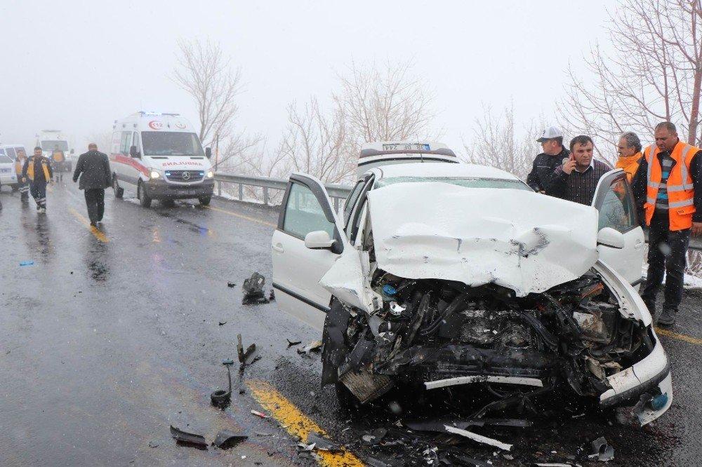 Kayseri'de 2 Otomobil Kafa Kafaya Çarpıştı: 6 Yaralı