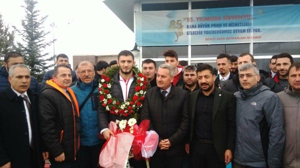 Avrupa Şampiyonu Çiçeklerle Karşılandı