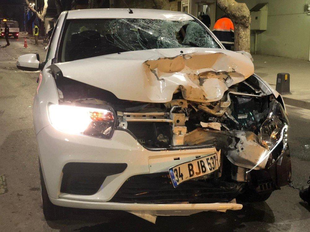 Üsküdar'da Otomobil İle Motosiklet Kafa Kafaya Çarpıştı: 2 Yaralı